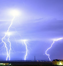 220px-lightning_over_oradea_romania_cropped
